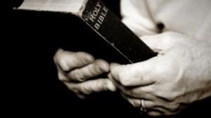 Optimized-pastor con Biblia 336